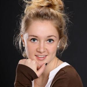 Portrait jeune fille pose classique - Image Pro Photolouis